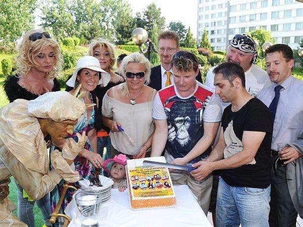 Na nedávné tiskové konferenci účastníci Noci shvězdami rozkrojili dort splakátem kletošnímu koncertu.