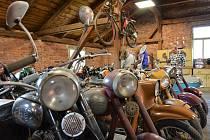 """Celodenním srazem si přátelé historických velocipedů a motocyklů připomněli 125. výročí založení zdejší továrny na výrobu kol s bájným jménem """"Achilles""""."""