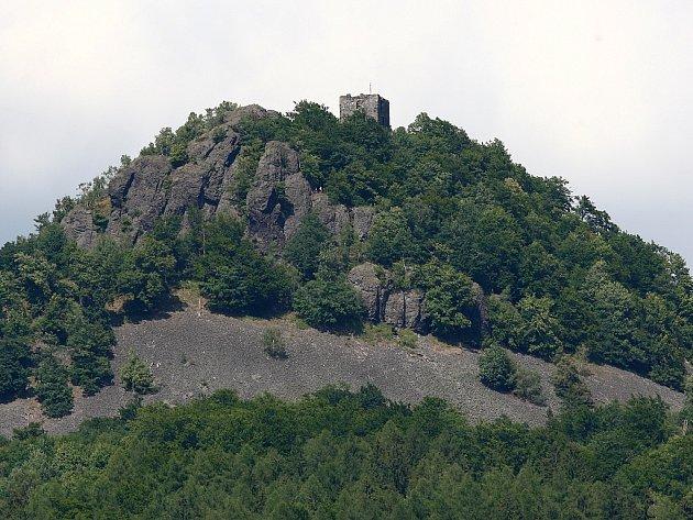 Zřícenina hradu Ralsko se nachází na stejnojmenném kopci, který se tyčí do výše 696 metrů n. m.