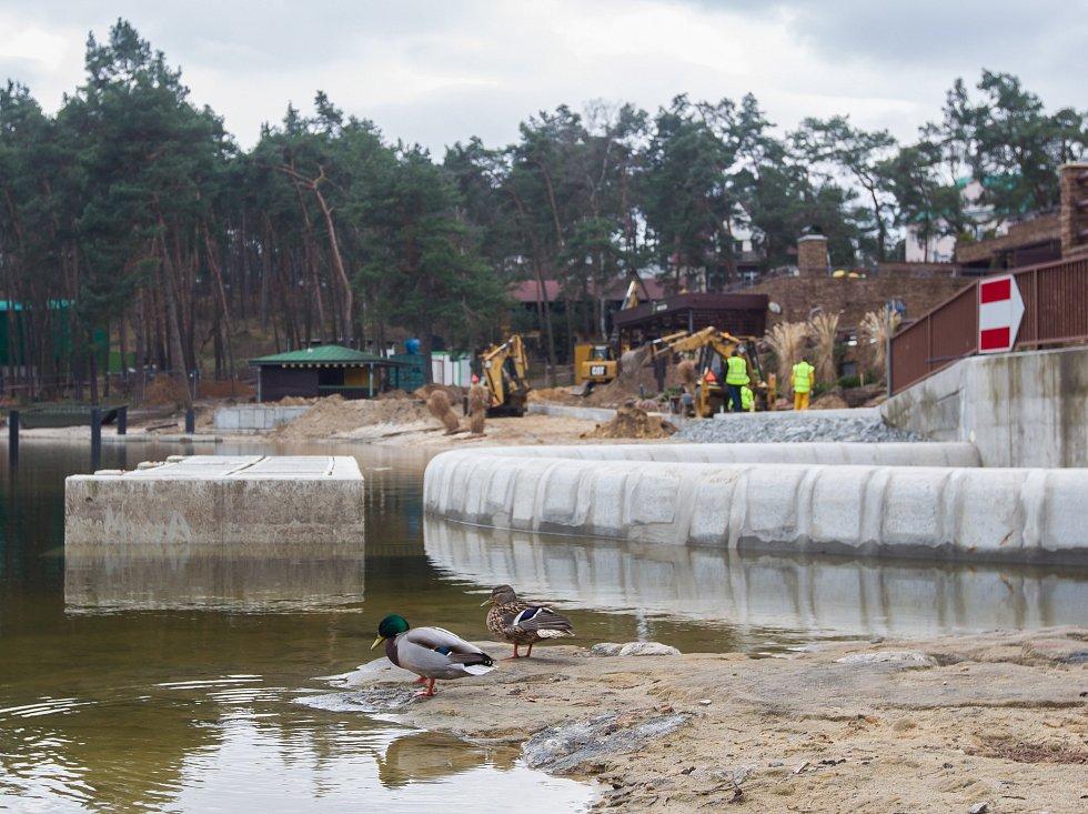 Ve Starých Splavech probíhá revitalizace pobřeží Máchova jezera.