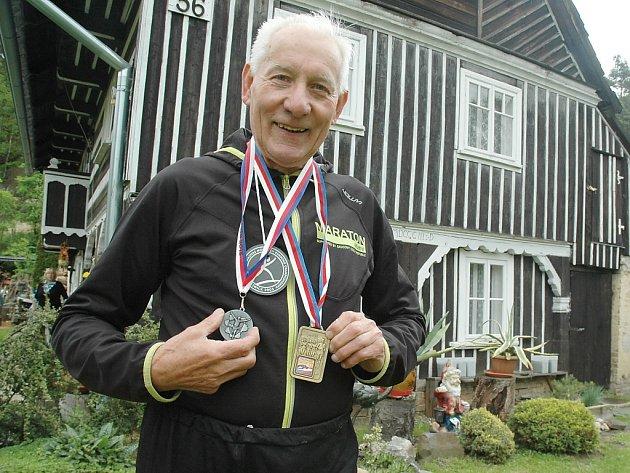 Jiří Plecháček s některými ze svých medailí (většinu jich už ale rozdal vnoučatům).