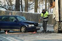 Sobotní nehoda u Zahrádek. Felicie se čelně srazila s nákladním vozem.