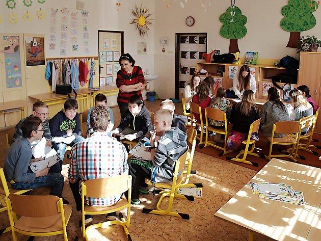 Na Základní škole Partyzánská vyučují dobrovolníci hravou formou anglický jazyk.