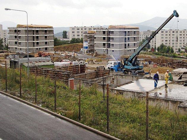 Stavba bytových domů na Ladech začala v červenci 2005. První nájemníci se sem začali stěhovat na jaře 2007.