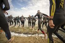 Tradiční závod v polovičním ironmanu DoksyRace proběhne v neděli 13. září u Máchova jezera.