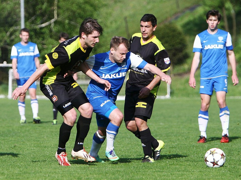 Košťálov - Česká Lípa 0:3. Hostující Čvančara se probíjí mezi Cermanem a Grafkem.
