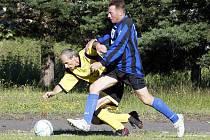 Pekárny - Revok 9:3. Slabion v modrém bojuje o míč s Peřinkou.