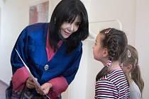 Královna matka Bhútánu si vyšetřila čas při oficiální návštěvě Čech, aby viděla skláře Boru.