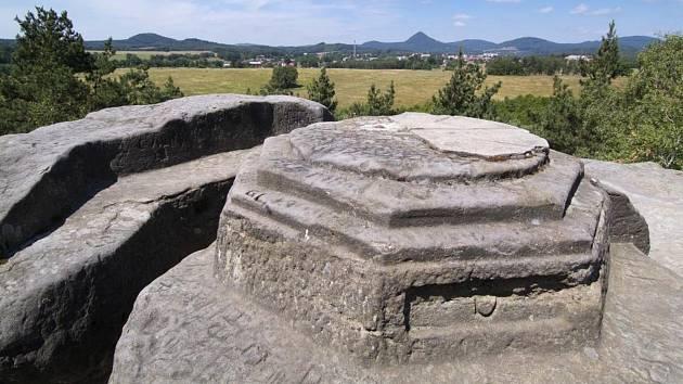 Dutý kámen, německy Hohlstein, je dalším z ne tolik známých, ale přesto pozoruhodných míst Libereckého kraje. Nalézá nedaleko města Cvikov.