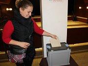 V Mimoni je jeden z volebních okrsků ve foyer místního kulturního domu.