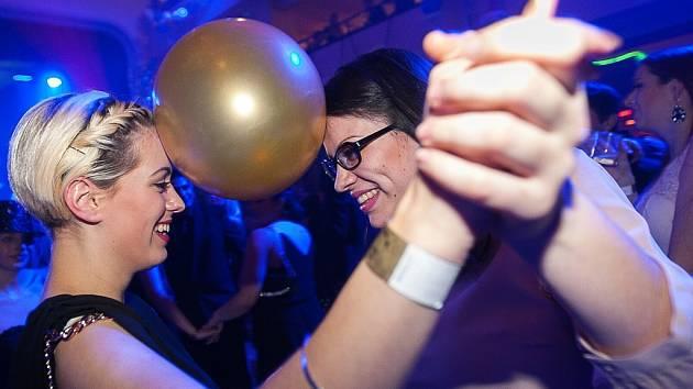Maturanti třídy P4A a dálkového studia D3 měli svůj ples v pátek v hotelu Merkur.