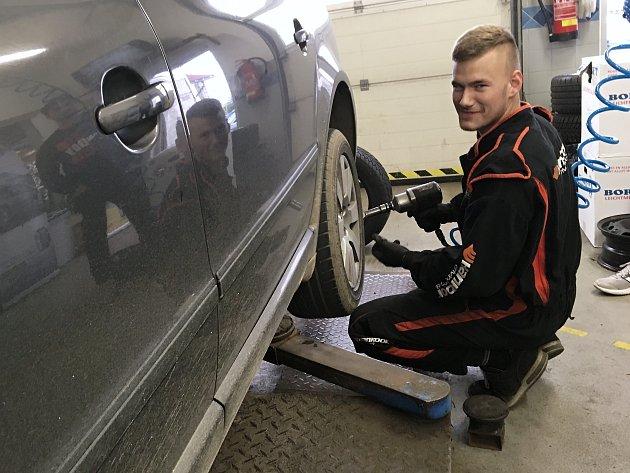 Mechanik Vojta má před sezonou plné ruce práce.