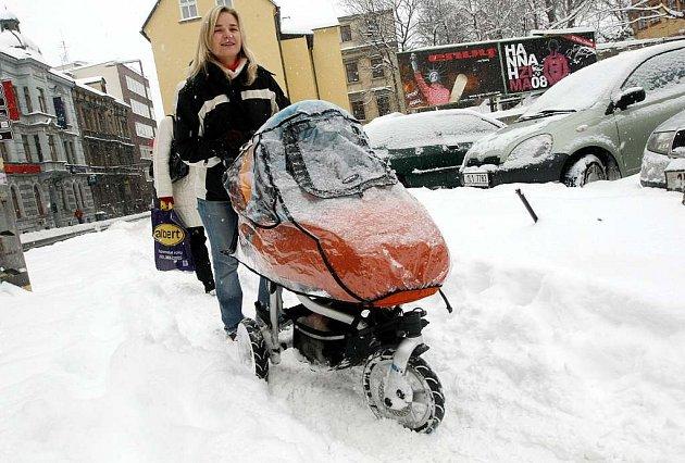 """Za takto """"uklizený"""" chodník v současné době zodpovídají majitelé přilehlých domů. O příštího roku by se to mohlo změnit."""