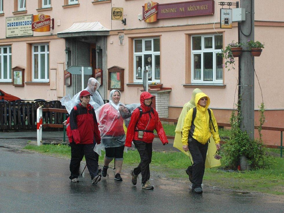Unikátní pochod ve jménu lidických žen měl cíl v Novém Boru.