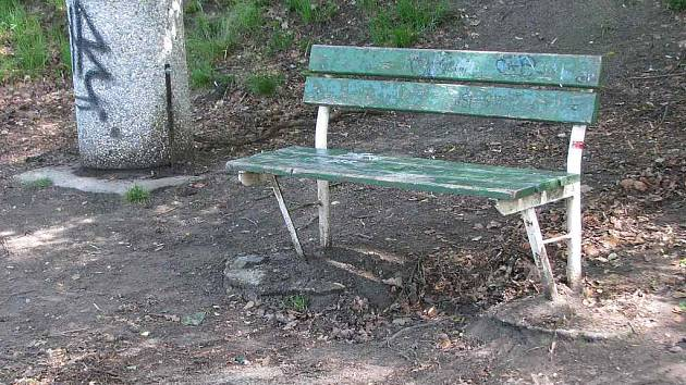 Zatím jediným svědkem tragédie, která se odehrála ve Stráži pod Ralskem, je tato lavička v místním parku.
