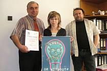 Jiří Vosecký, Petra Andělová a Pavel Kraus, vyučující výtvarné výchovy s kopií plakátu, s nímž se žákyně 9. ročníku umístila na 2. místě.