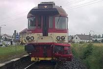 Vlak se v neděli po ránu srazil s osobním autem na železničním přejezdu v Božíkově.  Starší řidič utrpěl velmi vážná zranění, kterým na místě podlehl.