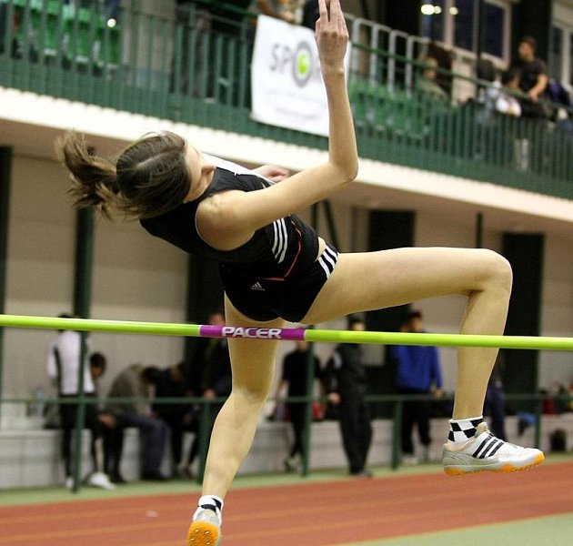 V atletické hale na Střelnici se konal mezinárodní mítink Jablonecká hala 2009. Na snímku je vítězka soutěže skokanek do výšky Kamila Ajšmanová.