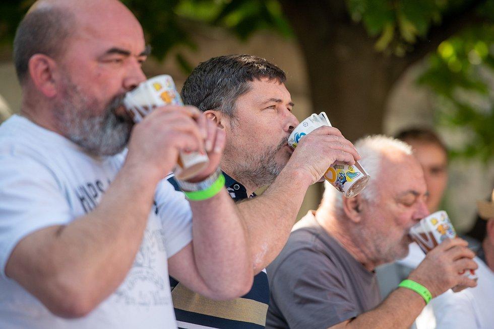 Soutěž v pití půllitru piva na čas