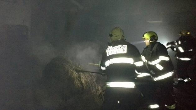Požár v sobotu v noci zachvátil válcové balíky slámy ve skladu v Mimoni.