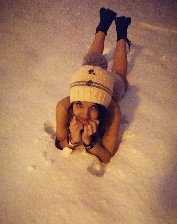 Otužování ve sněhu bylo pro nás s mamkou večerním odreagováním, napsala Míša Kanská k fotce, která vznikla 29. ledna v České Lípě.