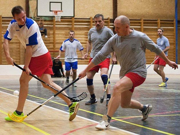 Sportovní přehlídka hasičů, kteří vyměnili hasičské hadice za hokejky, vynesla 4 063 korun.