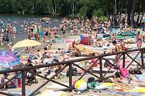 Pláže koupališť na Českoipsku byly o víkendu zcela zaplněné. Snímek je ze Sloupu v Čechách.