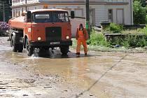 Během květnové bouřky zaplavila voda náves ve Velenicích.