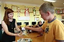 Páťáci ze Základní školy v Žandově měli v úterý speciální návštěvu. Do školy přijela kulturní atašé americké ambasády v Česku Sherry Keneson-Hall.