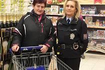 Policisté se před Vánoci opět zaměřili na osvětu Českolipanů. V nákupním centru Albert ve čtvrtek upozorňovali zákazníky na rizika spojená s nepozorností při vybírání zboží.