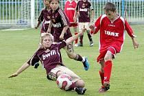 Steinocher z Dukly Praha se snaží zastavit akci Matulky ze Žďáru nad Sázavou. Pražané v tomto utkání prohráli 0:2.