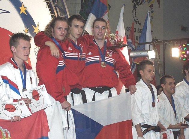 Na nejvyšší stupínek se na mistrovství Evropy JKA v karte postavila trojice českolipských borců (zleva) Zdobinský, Kolek, Drobeček.