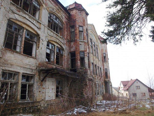 O budoucnost zchátralého objektu v Kamenickém Šenově se během středeční návštěvy města zajímal hejtman Libereckého kraje Martin Půta. Sešel se zde se současným majitelem budovy.