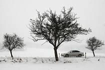 Sněžení snižuje viditelnost a i na hlavních tazích leží vrstva rozbředlého sněhu, která klouže.