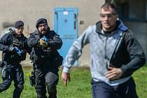 Cvičení policistů zařazených do takzvaných prvosledových hlídek proběhlo ve výcvikovém areálu v Janově na Novoborsku.