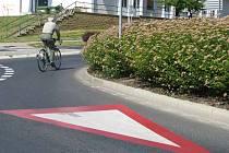 Takto to vidí řidič, který přijíždí na kruhový objezd v Purkyňově ulici. Na lidi čekající u přechodu pro chodce není vůbec vidět a kdo to v České Lípě nezná, ani netuší, že zde nějaký přechod je.