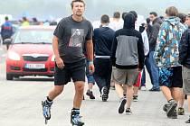 Rozlehlá plocha letiště láká sportovce i organizátory automobilových akcí.