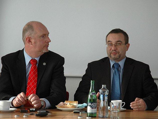 Model ideálního vzdělávání představil ministr školství Josef Dobeš (vpravo) v K. Šenově. Diskutovat přijel i českolipský poslanec Petr Skokan (vlevo) .