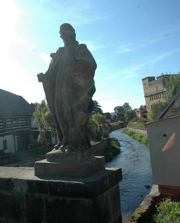 Zlacené prvky přilepovali restaurátoři sochám ve středu. Každý ze svatých dostal zlatou svatozář a atribut, který je pro něj typický. Sv. Apolena.