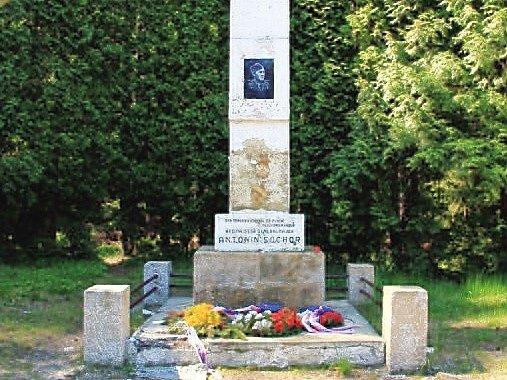 Pomník Antonína Sochora stojí ukřižovatky cyklostezek č. 3046a 3050nedaleko Hamru na Jezeře a pozůstatků skalního hradu Stohánek, na místě, kde došlo knehodě, na jejíž následky zemřel.