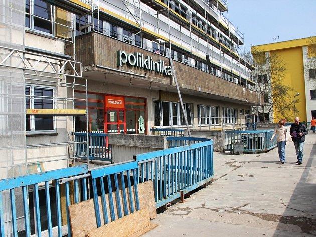 Vchod z ochozu bude uzavřen už od 14. dubna. V té době bude poliklinika přístupná jen z opačné strany.