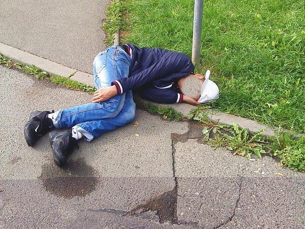 Podnapilý osmadvacetiletý cizinec mongolské národnosti působil veřejné pohoršení v České Lípě, když se s 2,33 promile alkoholu v krvi potácel ulicí Příbramská.