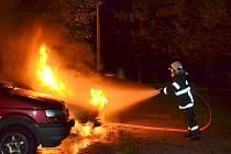 ZÁŘÍ. Hasiči zachraňovali auto v plamenech ve Stráži pod Ralskem.