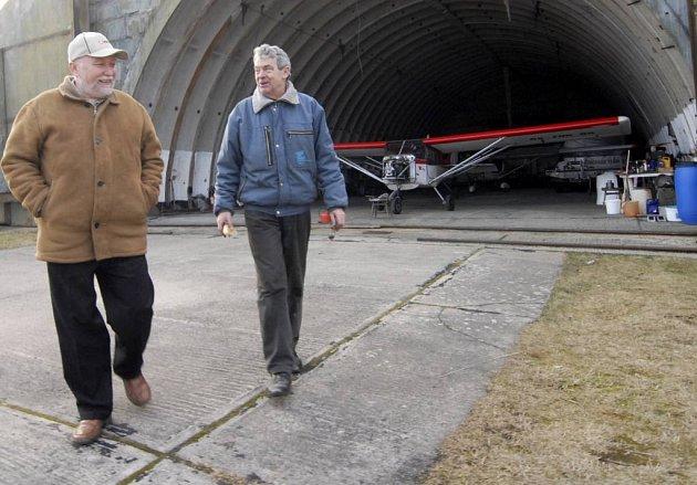 Letiště je rájem pro bruslaře a piloty ultralehkých letadel. Pro starostu Ralska Jindřich Šolce (vlevo) je to ale dlouholetý problém