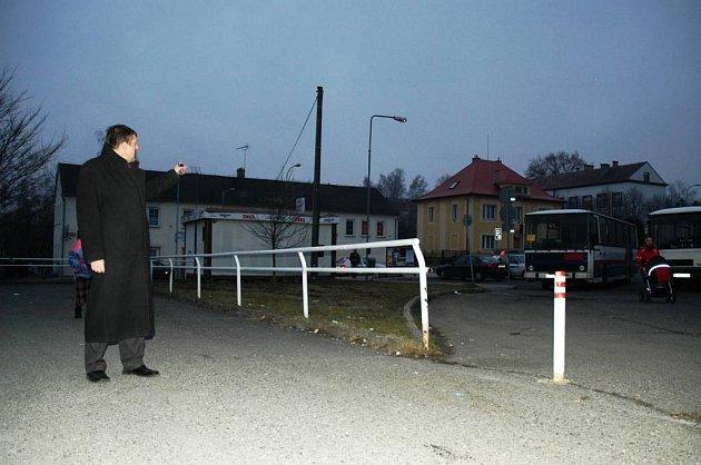 Novoborský místostarosta Jindřich Mareš ukazuje na dům, ze kterého se ozývá nejvíce negativních ohlasů na chystaný skatepark