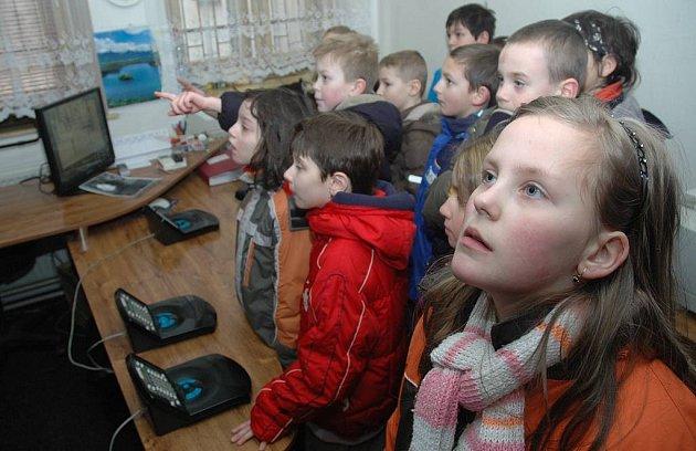 Školáci si prohlédli služebnu českolipských městských strážníků.
