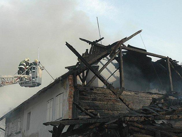Rozsáhlý požár zachvátil v úterý odpoledne chalupu v českolipské Dolní Libchavě. Hasiči požár likvidovali ze země i pomocí vysokozdvižné plošiny.