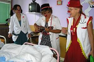 Zdravotní klaunky přišly na pediatrické oddělení českolipské nemocnice, aby pobavily nemocné pacienty.