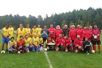 Fotbalisté okenského mužstva pro jubilanta přichystali překvapení v podobě velkolepé oslavy.