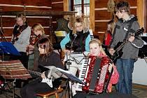 Na Vísecké rychtě v Kravařích se odehrály v sobotu Velikonoce na rychtě. Součástí programu bylo vynášení smrtky ze stavení rychty do Bobřího potoka.